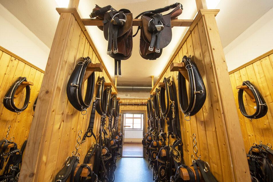 Blick in eine der Geschirrkammern des Landgestüts. Insgesamt gibt es vier, in der u.a. auch Peitschen und Kutschenlampen untergebracht sind.
