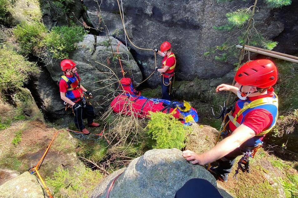 Retter der DRK-Bergwacht Zittauer Gebirge bei der Bergung der unbekannten Leiche an der Kiefernwand.