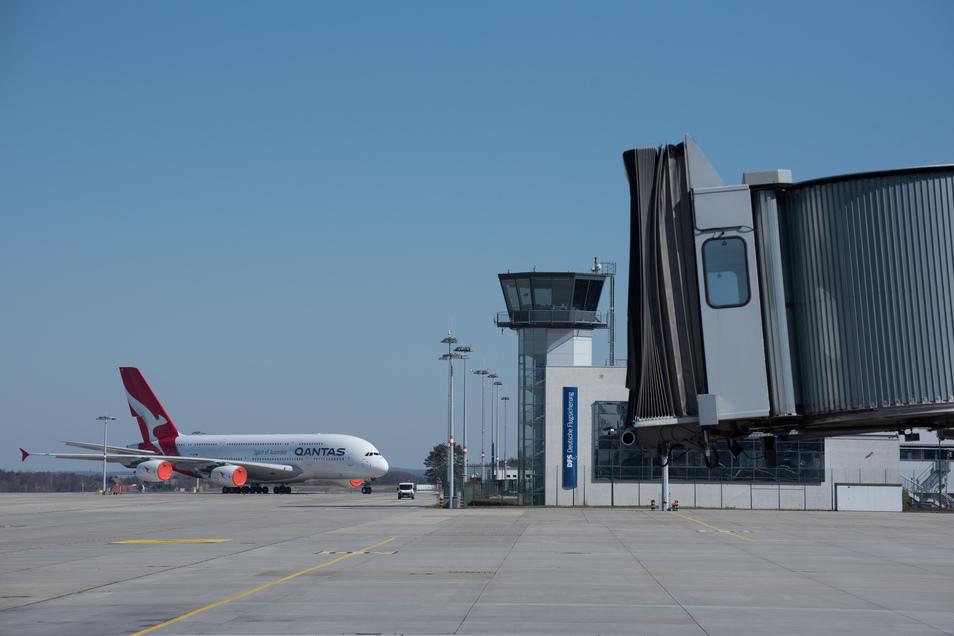 Unbenutzte Flugsteige und ein geparkter Airbus A 380 prägen die Aussicht auf den Tower der Flugsicherung.