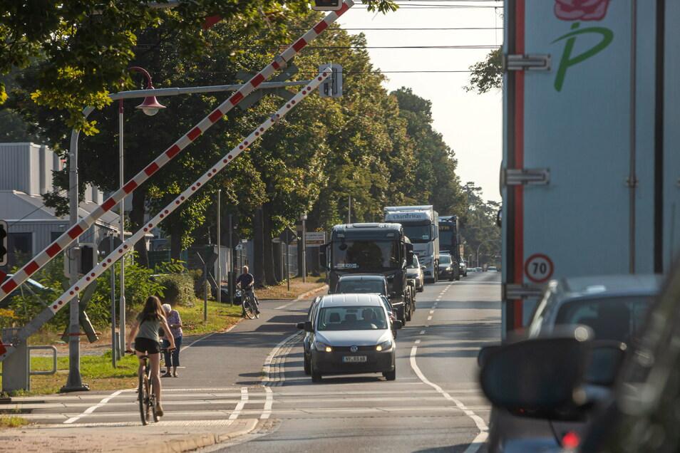 Durch die Sperrung der Umgehungsstraße wird ein Großteil des Verkehrs wieder mitten durch Niesky geleitet. Nicht nur am Bahnübergang Muskauer Straße stauen sich die Fahrzeuge.
