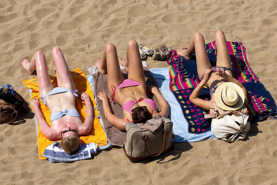 Nicht jeder wird bei Sonneneinstrahlung braun. Wer eine so helle Haut und eher rötlich-blondes Haar hat wie die Dame links, sollte Sonnenbäder meiden, denn dann verbrennt man nur. Das Risiko für Hautkrebs steigt.