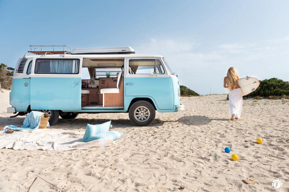 Mit dem Bulli am Strand sein Lager aufschlagen - das ist für viele ein kleiner Reisetraum. Camper-Sharing kann dabei helfen, diesen Traum zu erfüllen.