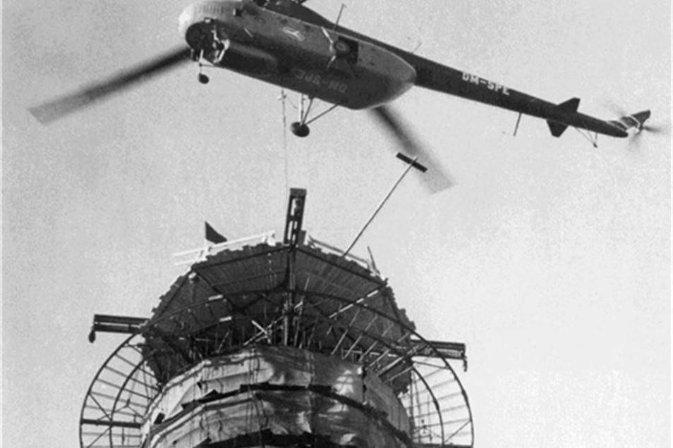 Ein Hubschrauber lieferte die die letzten Elemente in luftiger Höhe.