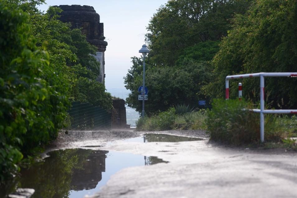 Das Fahren direkt bis auf den Platz am Bismarckturm will die Stadtverwaltung unterbinden. Am Ende der Engstelle kommt eine Barriere hin.