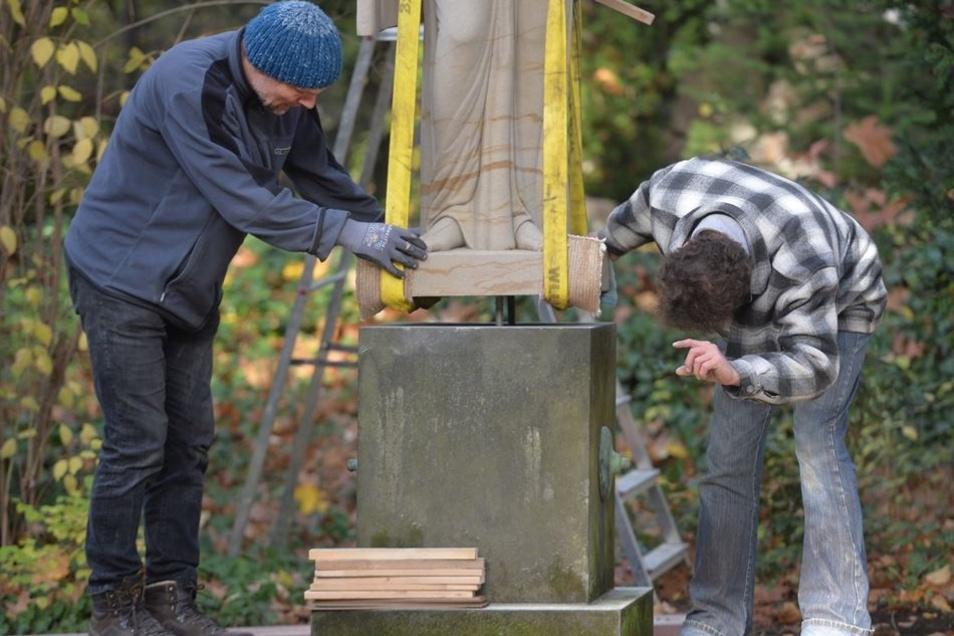 Es ist Millimeterarbeit – die komplizierteste Aktion war das Abstellen der 15,5 Tonnen schweren Figur.