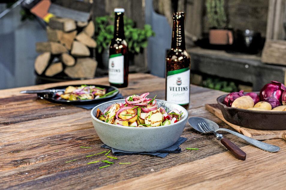 Rezepttipp für einen lauen Sommerabend: Gegrillter Kartoffelsalat mit Zwiebeln und Bierdressing.