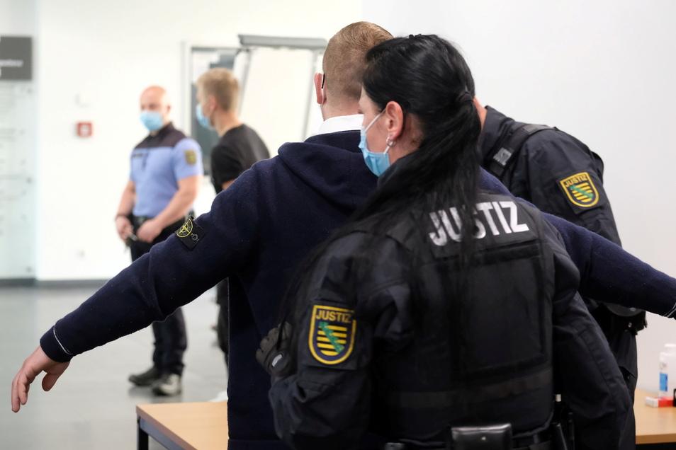 Der Angeklagte Kevin A. (M) wird im Amtsgericht Chemnitz einer Personenkontrolle unterzogen.