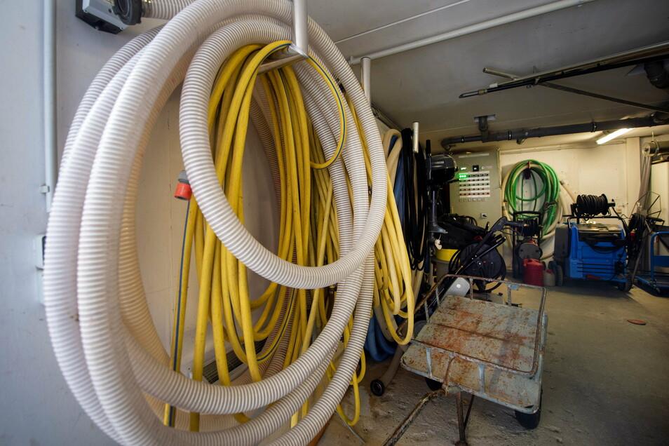 Im Raum der Wassertechnik wird unter anderem der Grundwasserstand kontrolliert und bei Bedarf reguliert.