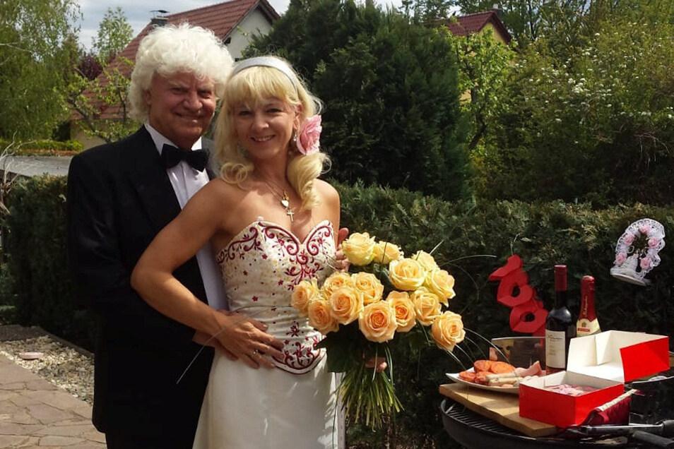 Hochzeitstag in Zweisamkeit und verliebt wie am ersten Tag: Joachim Schlese und seine Frau Carmen auf der heimischen Terrasse.