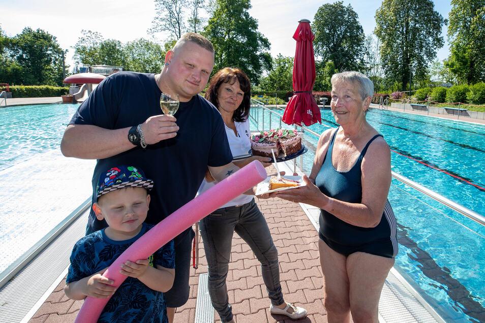 Das gibt's nur zum Saisonstart: René Kaulfuß serviert im Heidenauer Bad Christa Schulze ein Stück von Claudia Heiders Torte. Rene Kaulfuß' Sohn interessiert mehr, wann er endlich ins Wasser kann.