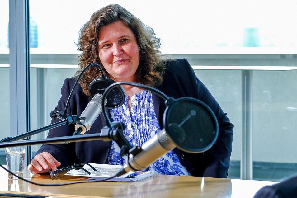 Annette Binninger während der Aufnahme einer Podcastfolge im Dachcafé im Haus der Presse in Dresden.