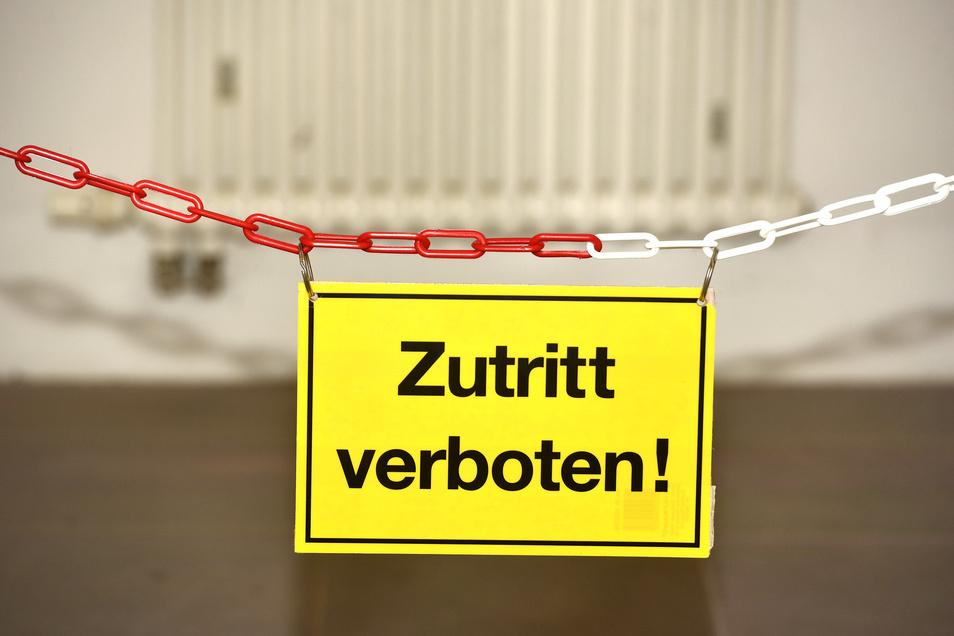 Der Zutritt im mittleren Treppenhaus in die oberen Etagen ist deshalb nun verboten. Kette und Schild weisen darauf hin.