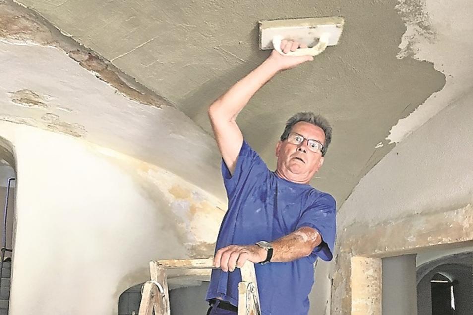 Eberhard Krause hilft seit 2015 beim Wiederaufbau des Gesindehauses mit. Der Neustädter Rentner kümmert sich liebevoll um die zahlreichen Kreuzgewölbe im Erdgeschoss.