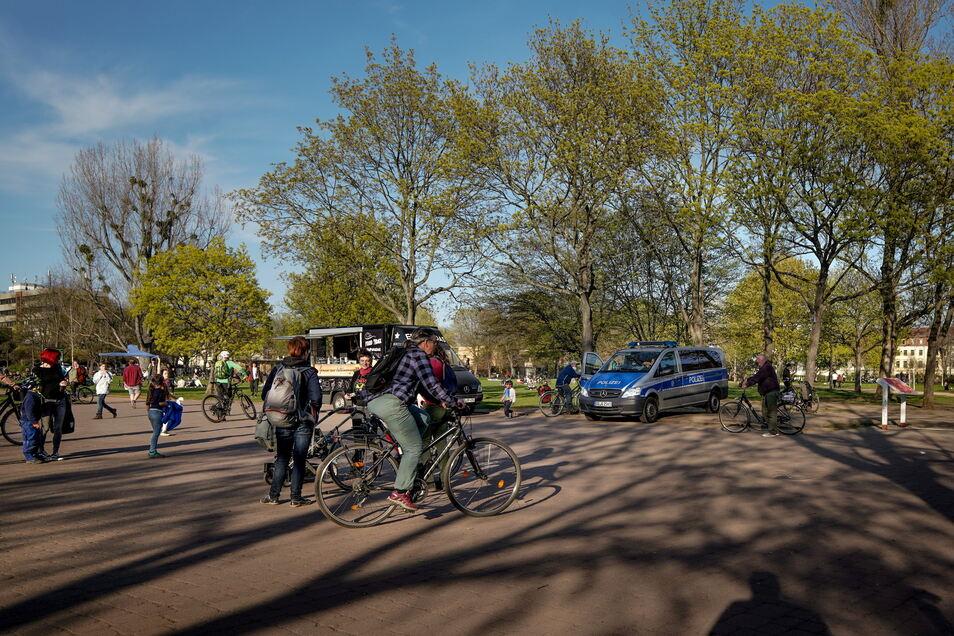 Auf dem Alaunplatz hatte es die Polizei am Mittwoch mit einem Mann zu tun, der den Hitlergruß gezeigt hat.