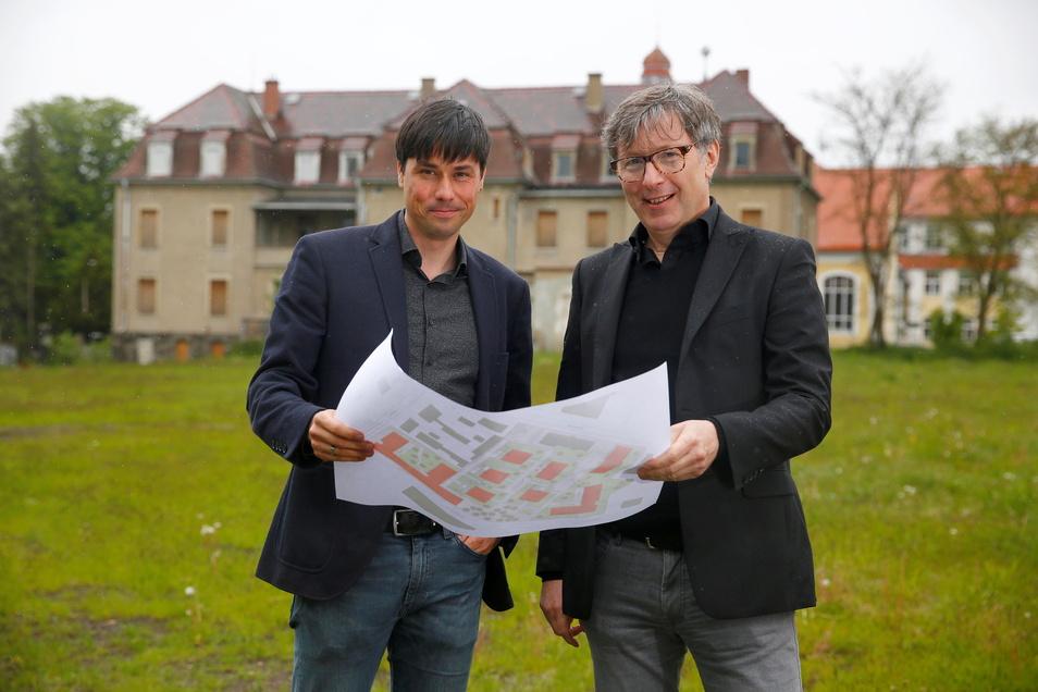 Architekt Oliver Thomas und Investor Hans-Peter Weber (r.) haben große Pläne für das Enso-Gelände in Pulsnitz.