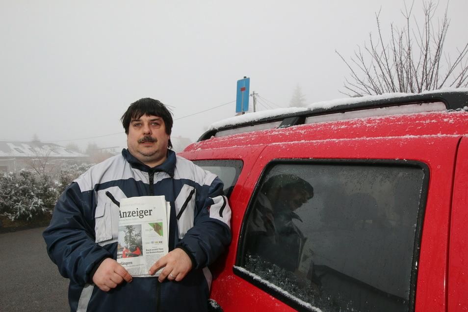 Patrick Ziera und seine Freundin tragen in fünf Regionen die Tageszeitung aus. Damit diese am frühen Morgen im Briefkasten sind, beginnen sie bereits gegen 2 Uhr mit dem Austragen.