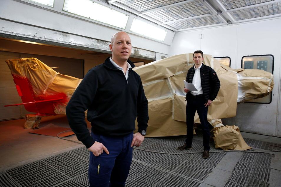 Alexander Schlacht (l.), Geschäftsführer der Sächsischen Luftfahrt Service GmbH, und AEF-Chef Thomas Ernstberger in einer Lackierkabine. Hier wird klassisch von Hand mit der Sprühpistole gearbeitet. Das Kompetenzzentrum könnte künftig bei automatisierten