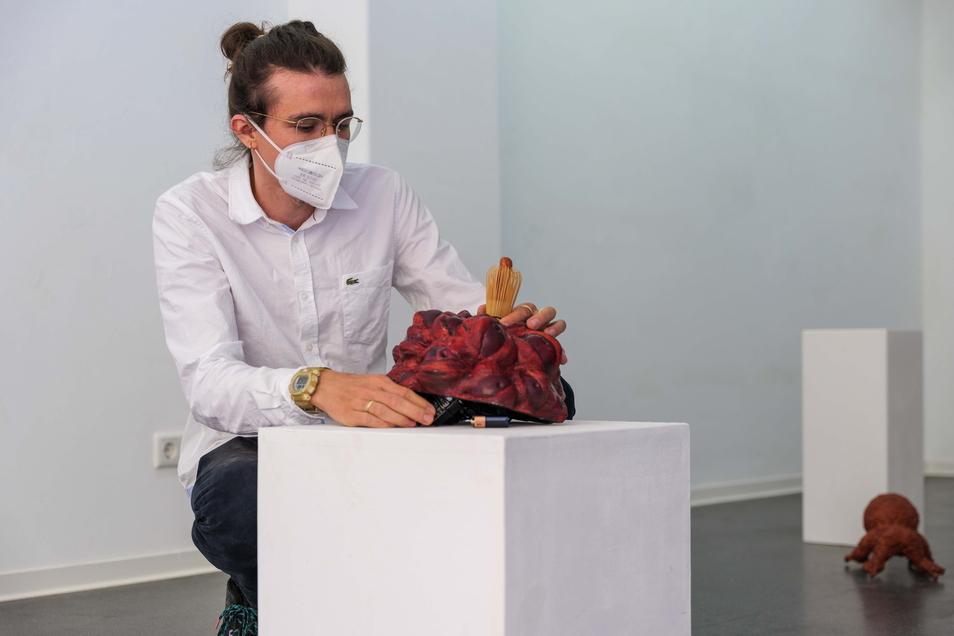 Jonas Engelhardt geht es bei seinen Werken um die Verbindung von Organischem und Mechanischen. Ein Klick erweckt seine Skulptur zum Leben.