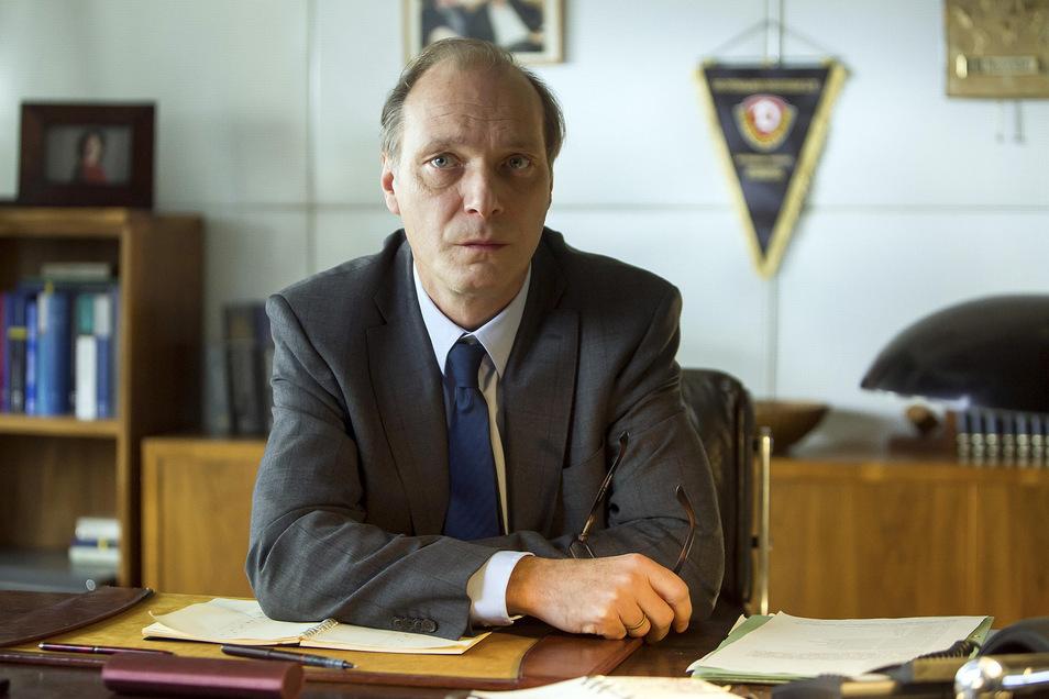 Mit Dynamo-Wimpel hinterm Schreibtisch: Kommissariatsleiter Peter Schnabel (Martin Brambach) kannte das Opfer und dessen Familie. Warum eigentlich?