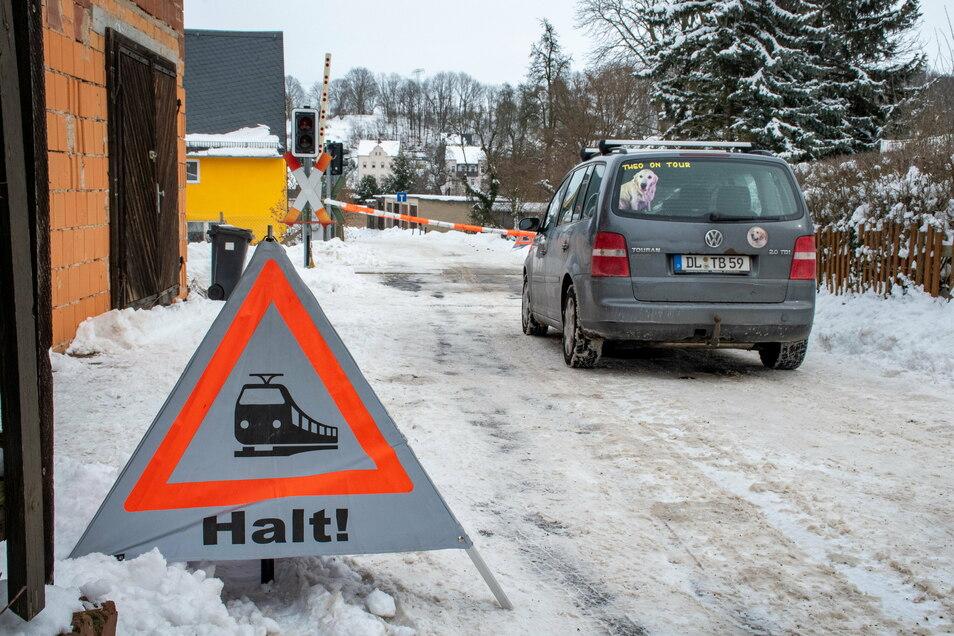 Zusätzliche Hinweise sollen die Kraftfahrer am Bahnübergang Fabrikstraße in Tragnitz zu mehr Vorsicht animieren. Gehalten werden muss aber nur, wenn der Bahnübergang tatsächlich gesperrt ist.