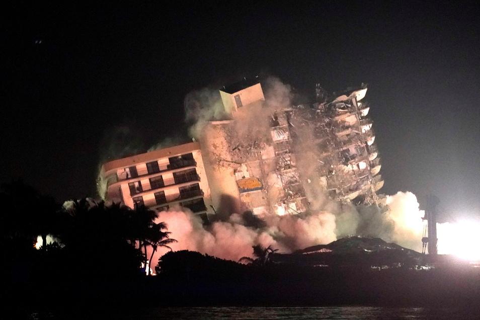Nach dem Teileinsturz des Wohnkomplexes in der Nähe von Miami ist der noch stehende Gebäudeteil gesprengt werden.