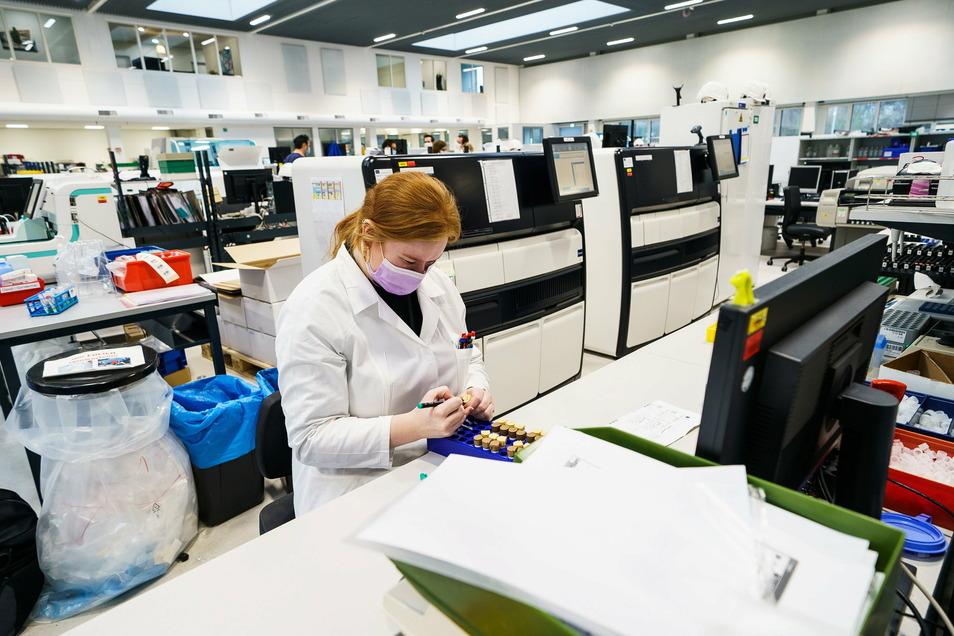 Die britische Coronavirus-Mutante B.1.1.7 breitet sich zunehmend aus. Das Unternehmen Bioscientia, eines der größten Labore in Deutschland, hilft mit Sequenzer-Automaten bei der Analyse.