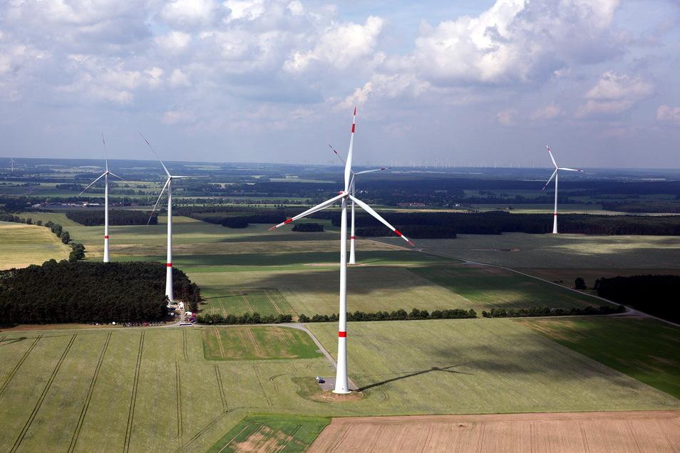 Blick auf einen Windpark von UKA Meißen. Zwei dieser Anlagen sind jetzt an eine Investoren-Firma verkauft worden.