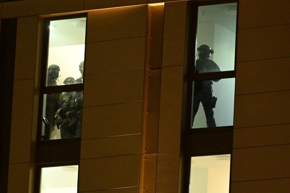 Spezialkräfte der Polizei hatten das Hotel in Düsseldorf umstellt und den Mann, dem die Waffe zugerechnet wird, festgenommen.
