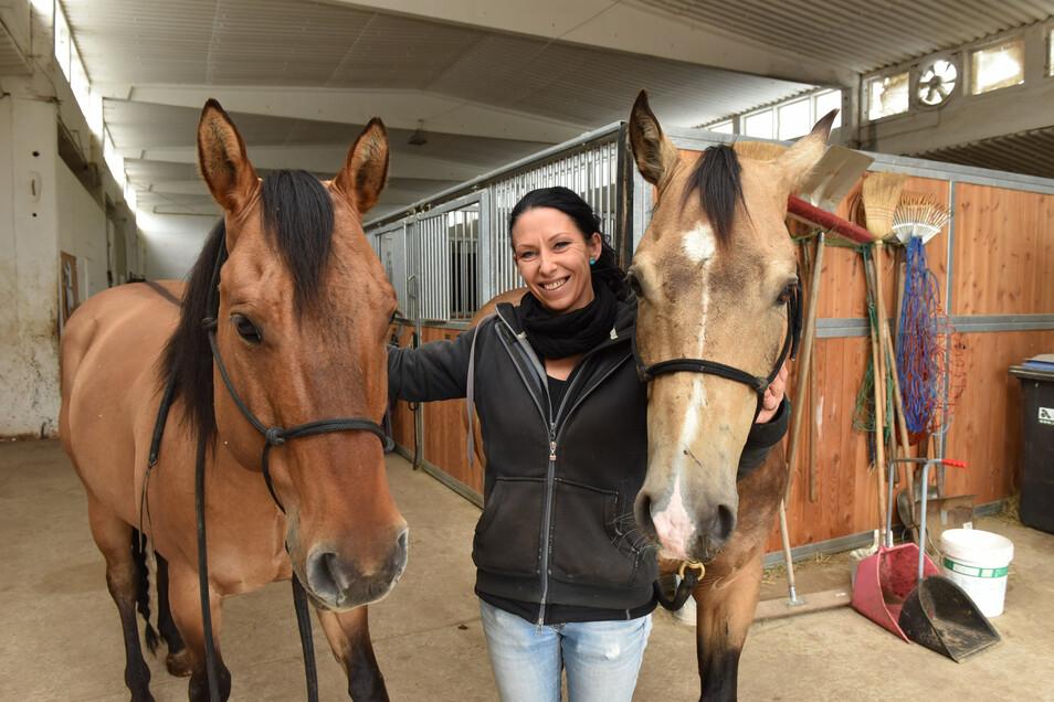 Simona Zimmermann mit den Pferden Buck und Takko in ihrer neuen Reitanlage in Possendorf.
