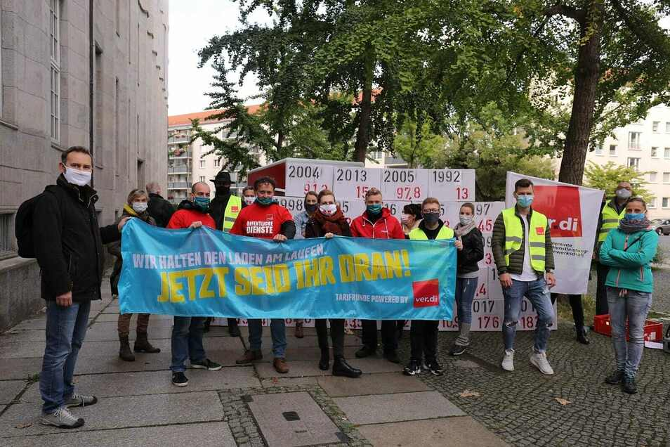 Am Mittwochmorgen streiken Stadtmitarbeiter vor dem Haupteingang des Ordnungsamtes in der Theaterstraße.