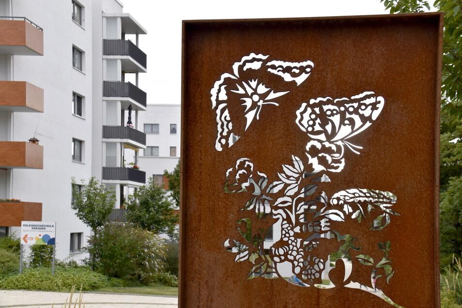 Kunst im öffentlichen Raum ist bis heute Teil der Gorbitzer Identität. Am Merianplatz wurde ein neuer kleiner Platz mit diesen Metalltafeln und zahlreichen Bänken angelegt.