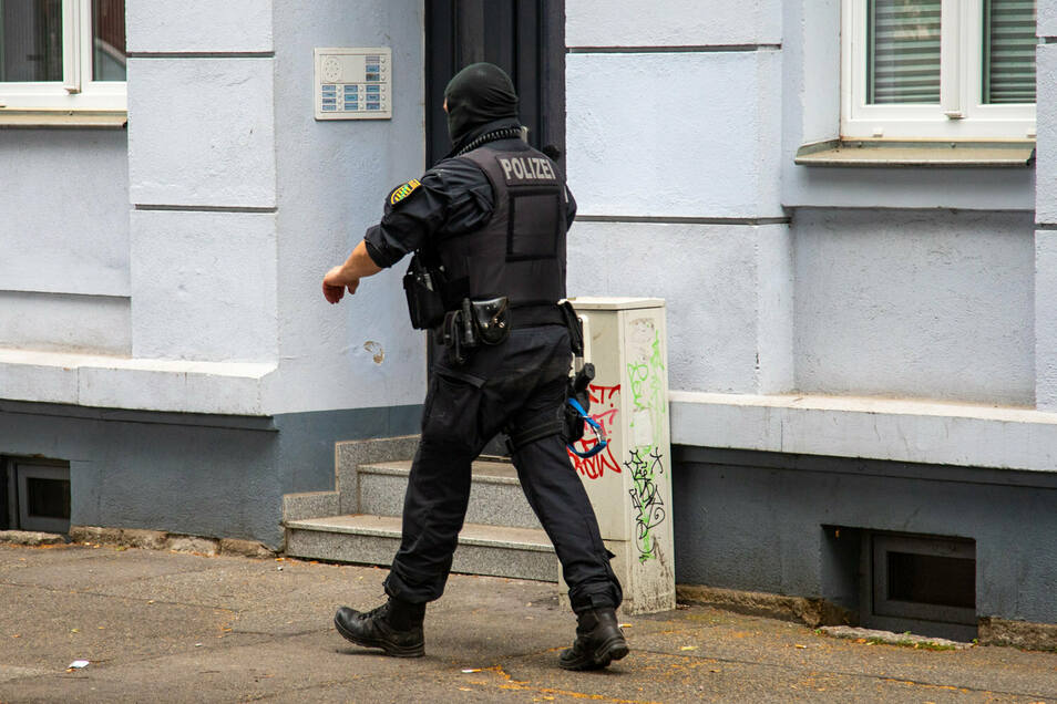 Spezialkräfte der Polizei haben am Donnerstagmorgen eine Wohnung an der Bischofstraße in Bischofswerda durchsucht.