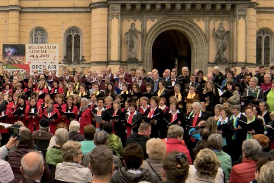 Ein Foto vom ersten Chortreffen vor dem Zittauer Rathaus.