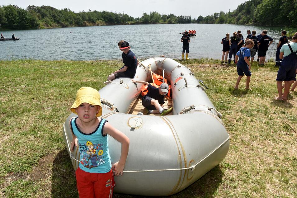 In Ostritz fuhren die Teilnehmern mit kleineren Schlauchbooten. Das große (Foto) diente für eine Ehrenrunde.