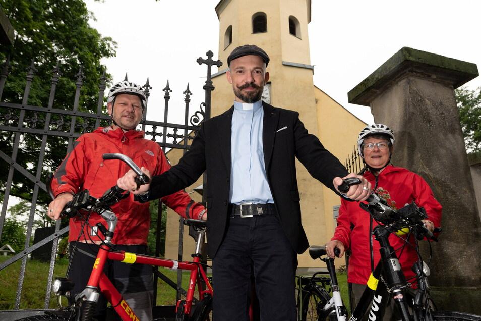 Kirchenvorstand Raimar Lamprecht (52), Pfarrer Jan Schober (40) und Heike Lamprecht (55) haben sich dafür eingesetzt, dass sich die Wachauer Kirche jetzt offiziell Radwegekirche nennen darf.