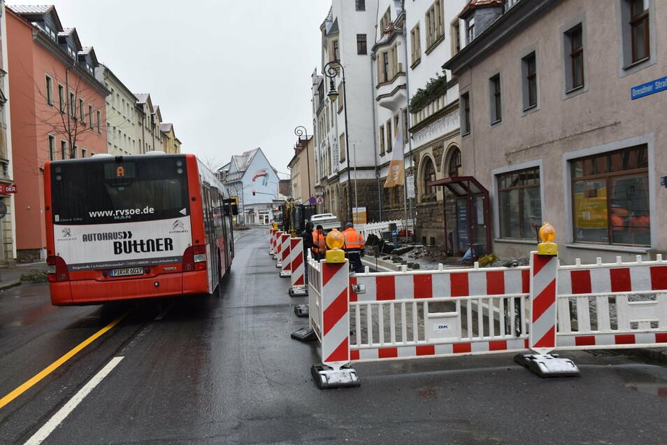 Die Firma Weishaupt baut die Haltestelle vorm Rathaus Potschappel behindertengerecht um.