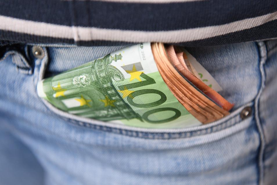 Zwei junge Männer erleichterten einen dritten um 300 Euro.