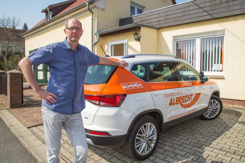 Frank Albrecht führt die Fahrschule Albrecht in Rothenburg. Als Fahrlehrer hat er jetzt ein Tätigkeitsverbot und darf keine Leute ausbilden. So wie alle Fahrlehrer in Sachsen.