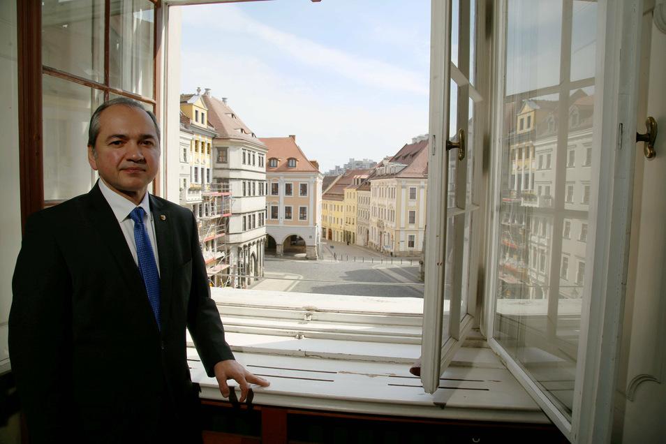 Oberbürgermeister Octavian Ursu steht an seinem Bürofenster am Görlitzer Untermarkt. Die Wirtschaft ist für die Stadt ein zentrales Thema, erklärt er.