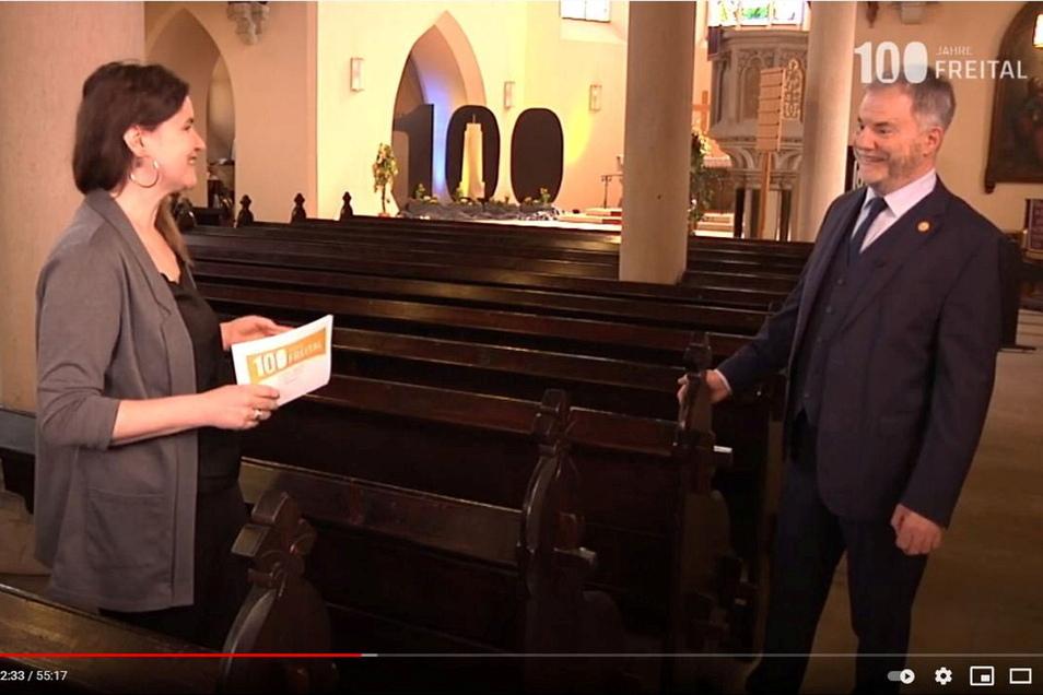 Die Kirche ist festlich geschmückt, aber die Bankreihen sind leer, vor denen Michaela Stahl Oberbürgermeister Uwe Rumberg zu 100 Jahre Freital befragt.