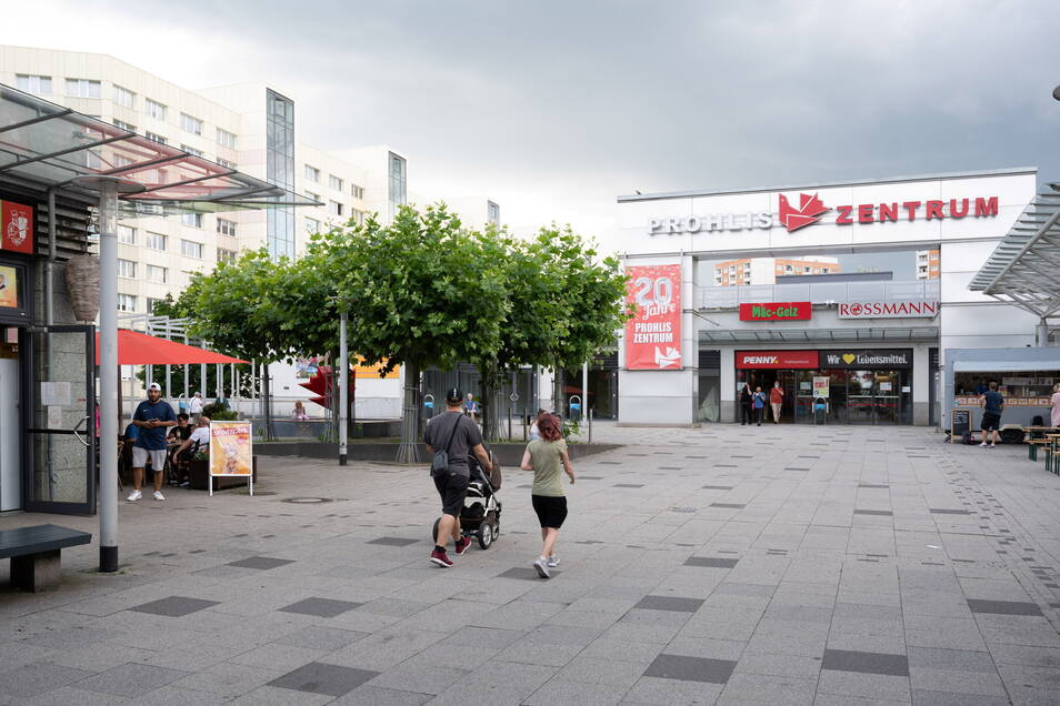 Nach der Wende entstand ein modernes Einkaufszentrum mit zahlreichen Geschäften in Prohlis, der Jacob-Winter-Platz wurde zum Ortszentrum ausgebaut.