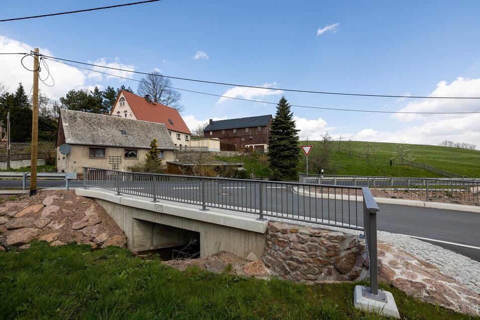 Früher ist der Bach hier durch einen engen Durchlass geflossen, der schon bei mittleren Regen nicht ausreichte. Mit der neuen Brücke sollte er hier nur noch ganz selten über die Ufer treten.