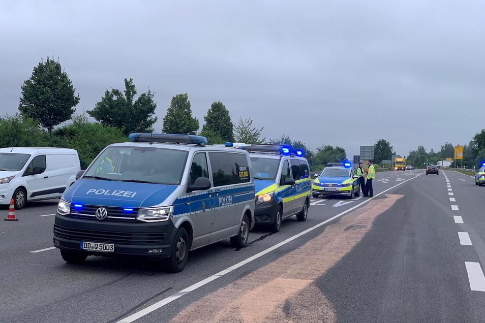 Mehrere Polizeifahrzeuge sichern die Unfallstelle auf der B169.