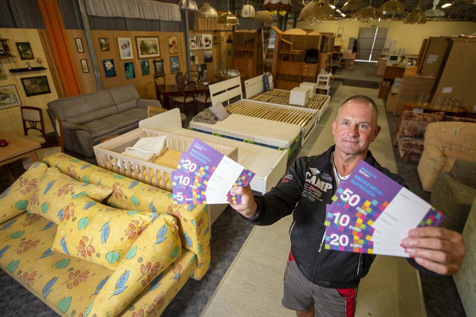 Maik Menzel vom Möbeldienst mit Gutscheinen. Die Möbelwerkstatt gehört zu den Sozialprojekten der Diakonie.