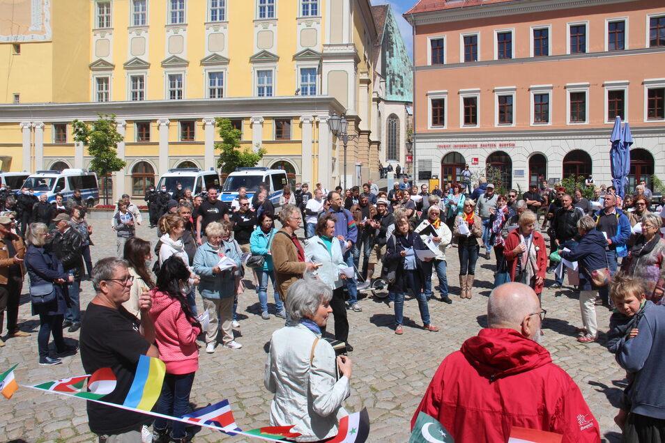 Mit einem Spaziergang zum Hauptmarkt protestierten in Bautzen etwa 200 Menschen gegen die Corona-Beschränkungen.