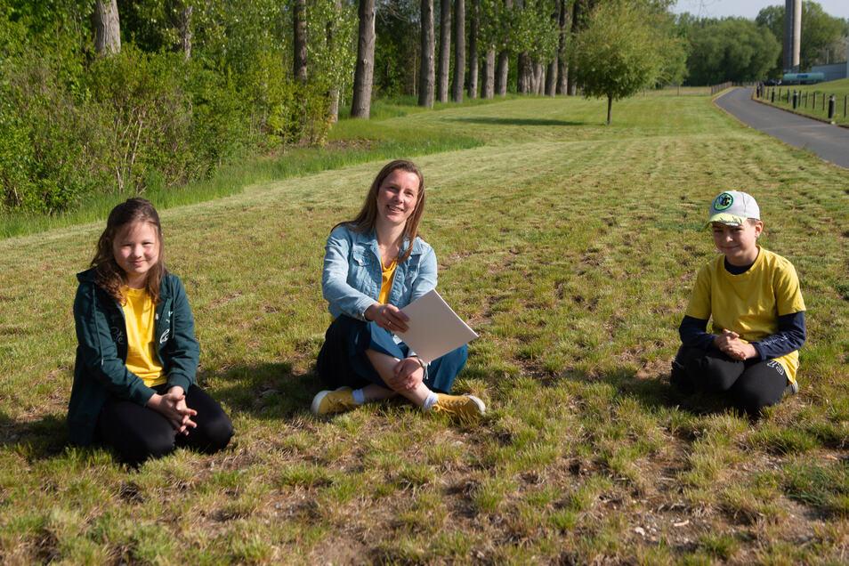 Antje Vogel (41), Vorsitzende des Fördervereins Grundschule Arnsdorf, mit Maira (9) und Vincent (8). Die Schüler der Grundschule freuen sich schon jetzt auf den neuen grünen Tummelplatz in ihrem Ort.