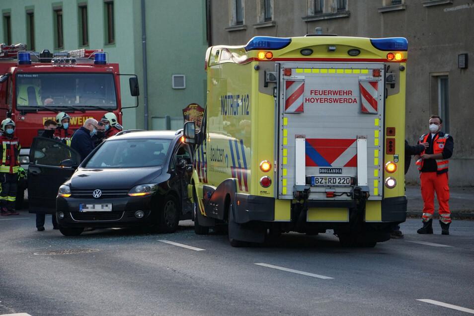 Auf der Ampelkreuzung auf der B 96 in Königswartha kollidierten ein Rettungswagen und der VW Golf (im Bild). Eine VW-Insassin erlitt Verletzungen.