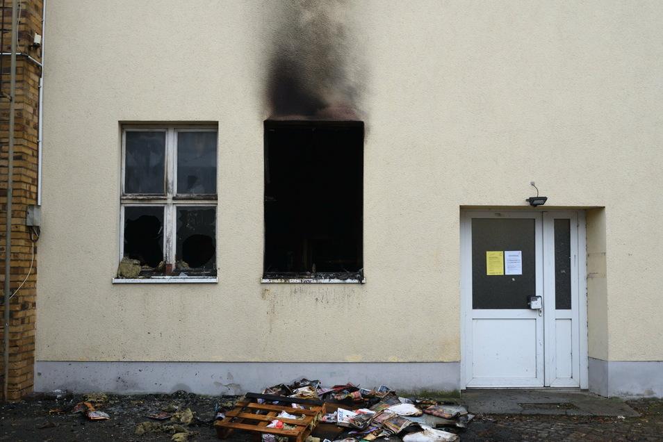 Das Feuer hat deutliche Spuren an der Fassade hinterlassen.