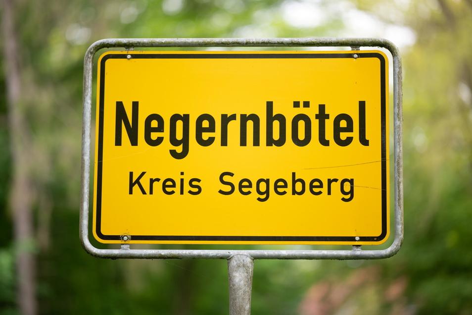 Das Ortsschild des Ortes Negernbötel im Landkreis Segeberg. Die Grüne Jugend Segeberg möchte den Namen des Dorfes ändern.