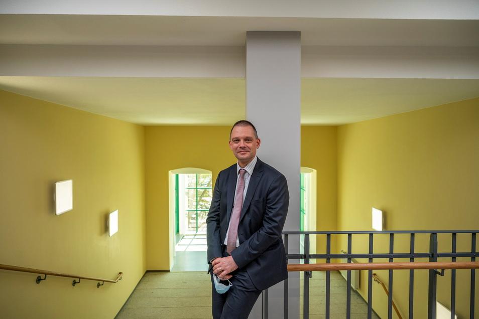 Zufrieden: Landrat Ralf Hänsel (parteilos) freut sich über den Fortgang der Bauarbeiten in Riesa - auch wenn im Treppenhaus noch die Beleuchtung an der Decke fehlt.